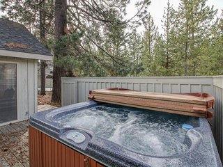 Inviting Sunriver home w/ a private hot tub, deck, and 8 SHARC passes!