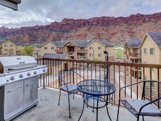 Modern red rock-view condo w/shared seasonal pool & hot tub - close to Moab