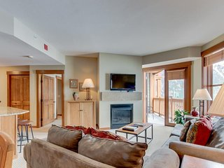 Ski-in/ski-out condo w/ shared gym & hot tub, ski views - right in the Village!