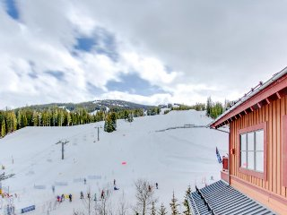 Ski-in/ski-out condo w/ shared gym & hot tub, ski views - right in the Village!