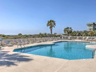Isle of Palms Beachfront Condo w/ Pool & Balcony!