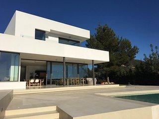 casa minimalista con piscina y vistas al mar