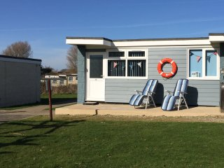 Sandy Shores holiday chalet with WiFi in Sandown, stunning coastal location