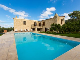 Spacious stonebuilt villa in a tranquil setting with pool and spacious garden!