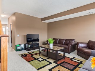 Beautiful 2 BedRM Sleeps Up To 8, 15 Minutes From Calgary Stampede And Downtown