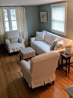 Living room-queen sleeper sofa, 48' smart tv