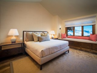 Horizon Pass 5 bedroom Townhome, ski-in/ski-out, sleeps 12! ~ RA143818
