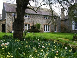 Spring colours, country walks, charming, cosy cottage, nr Dinan, St Malo, Pleudihen-sur-Rance