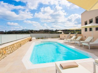 Villa Ianthos - Superior Quality and Full Privacy, Next to the City & the Beach!