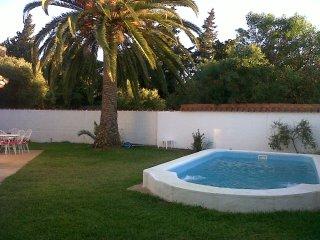 Se alquila bonito y rústico chalet de una sola planta con piscina y jardín