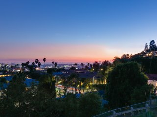 Hideaway off Sunset Blvd. With Great City Views, Hot Tub and Outdoor Dining Area