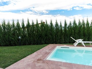 Bilo per 2persone, camera, bagno, ampia cucina con portafinestra e vista piscina