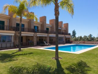 Stunning 3 bedroom en-suite, free WiFi, SKY TV, A/C & private Game Room, Vilamoura