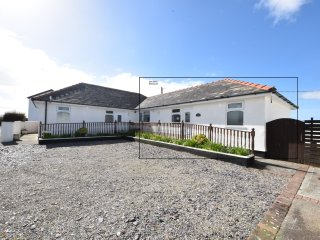 Sea Spray Bungalow at Dinas Dinlle - 5-mins walk to the extensive Beach.