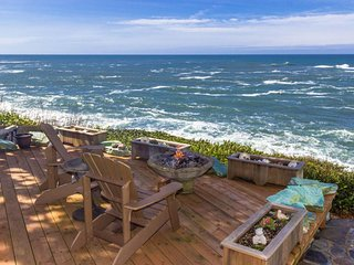 Oceanside whale watcher retreat w/ private garden, deck, firepit - ocean's edge!, Depoe Bay