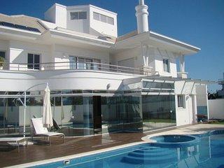 Linda Casa de 5 Suítes frente ao mar