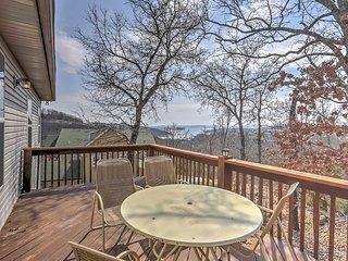 Cozy Home-Fireplace, Deck & Table Rock Lake Views!