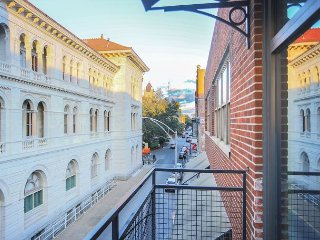 Stay with Lucky Savannah: Renovated Downtown Condo w/ Parking & Rooftop Deck