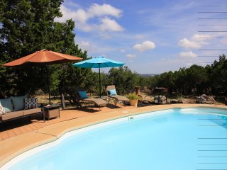 Bandera's Cottage with Hot Tub & Pool Access