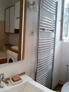 La salle de bain spacieuse et lumineuse, en chêne et pierre. Grande baignoire, lave-linge.
