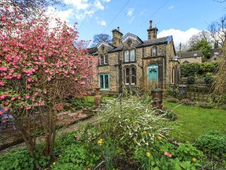 MANOR COTTAGE, Victorian end-terrac, woodburning stove, beams, garden, parking,, Meltham