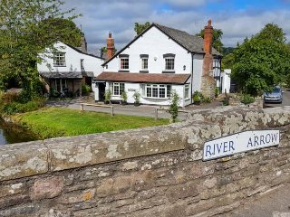 BRIDGEND COTTAGE, riverside location, pet-friendly, lawned garden, Eardisland