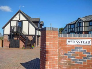 THE WYNNSTEAD ANNEXE, all first floor, romantic retreat, pub and canal within