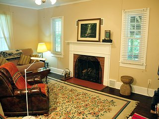 Tryon Chestnut Cottage: Confortable, Charming