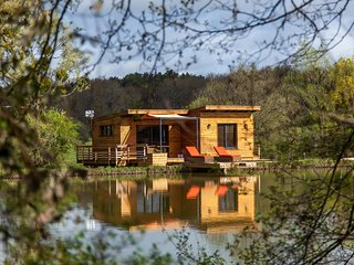 Un domaine prive de 25ha - En son coeur, un Lac - A son bord, une Cabane...