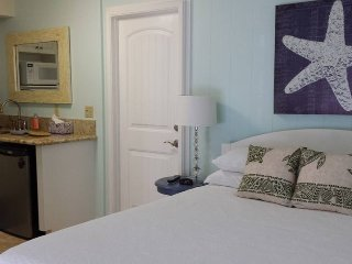 Paradise Palms B & B, # 1 Plumeria Room, Close to Beach WiFi TV & AC