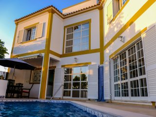 Villa overview - detailed description - facilities nearby, shops