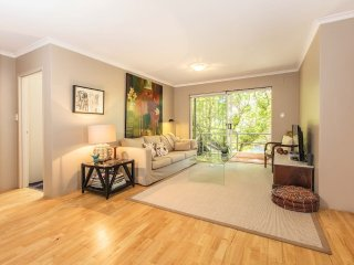 Relaxing garden Apartment in Perfect location, Kensington