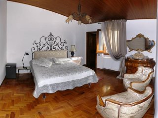 B&B L'orologio (The Clock). A comfortable double bedroom with private bathroom.
