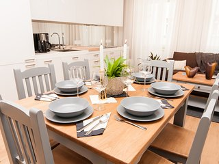 Glamour Excellent B 5-Bedrooms, 5-Bathrooms, Balcony, Garage (Prague Old Town)
