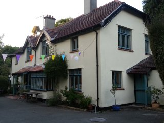 Horn Tavern House. Riverside 4 bedroom House in Lyme. 10 minutes walk to beach