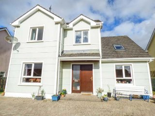 BREFFINI HOUSE, detached, private enclosed garden, pet-friendly, in Drumshanbo