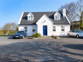BRANDY HARBOUR GROUND FLOOR COTTAGE, open plan, lovely walks, nr Ballinderreen