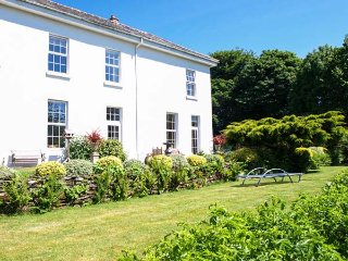 HELIGAN, second floor apartment, pretty gardens, heated swimming pool, games