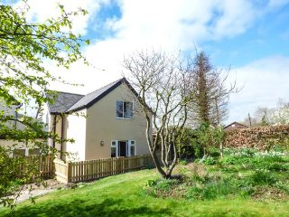 WOODVILLE COTTAGE, private garden, pet-friendly, WiFi, nr Craven Arms, Ref