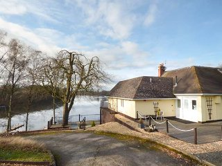 THE HUNTING LODGE, fantastic lake views, 2 bedrooms, private decked area, near, Church Stretton