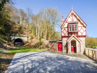 THE GATE HOUSE, pet-friendly, lawned garden, walks from the door, Oakamoor, Ref