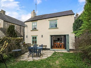 BLUEBELL COTTAGE, multi-fuel stove, open plan living, lawned garden, peaceful, Tideswell