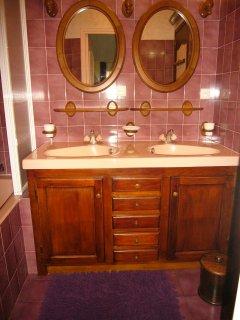 Salle de bain avec douche, baignoire et double vasque