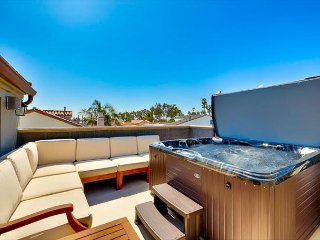 25% OFF OPEN JUNE DATES - Large Roof Top Deck W/ Private Jacuzzi and AC!
