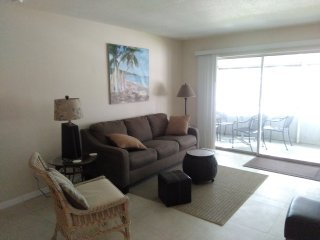 New tile & granite 2 new king beds unit #3. Large screened deck. Near Siesta Key