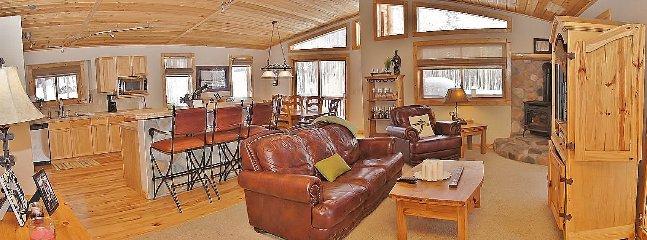 Plan d'étage ouvert, plafonds voûtés, foyer, HDTV, DVD, stéréo