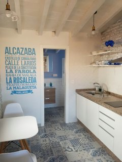 soffitto in legno bianco e accesso al bagno