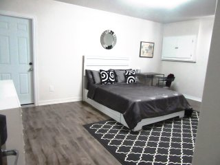 2 Bedroom Modern Suite Minutes From the Falls