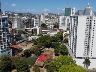 Modern fully-equipped 1bedroom apartment with park view in the heart of the city, Ciudad de Panamá