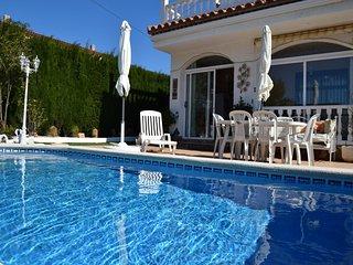 Villa con piscina privada para 8 - 10 personas. 4 habitaciones y 3 baños. WIFI, Miami Platja